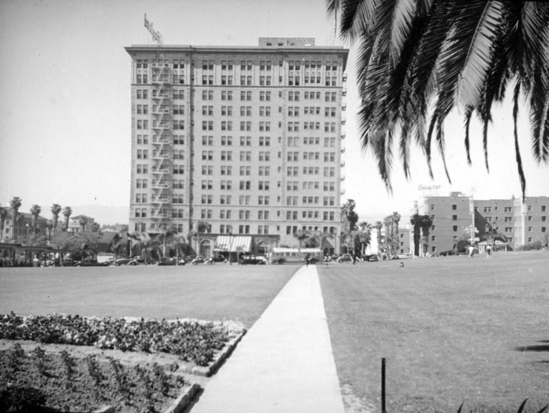 1938)*   View Of The Gaylord And Evanston Apartments As Seen From The  Ambassador Hotel Lawn. Some Small Shops In Front Of The Evanston On The  3340 Block Of ...