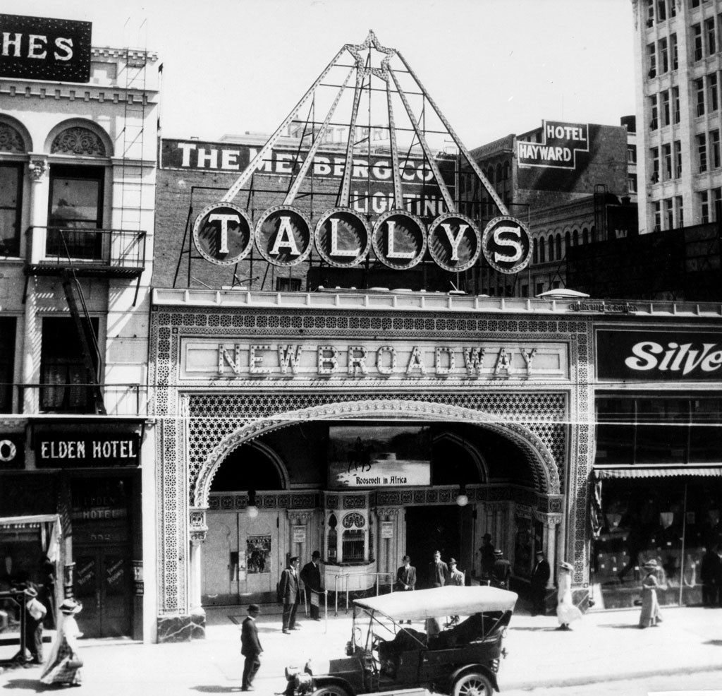 broadway in the 1920s The 1920s weren't deemed roaring without a reason -- a beautiful look at the glamour and glitz that defined new york in the 1920s.
